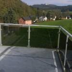 Balkon an Eigenheim für bauseitigen Belag vorbereitet, Geländer mit Glasfüllung.