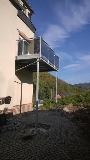 Balkon an Eigenheim für bauseitigen Belag vorbereitet,<br> Geländer mit Glasfüllung.