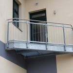 Freitragende Balkone mit Gitterrostbelag und Füllstabgeländer.