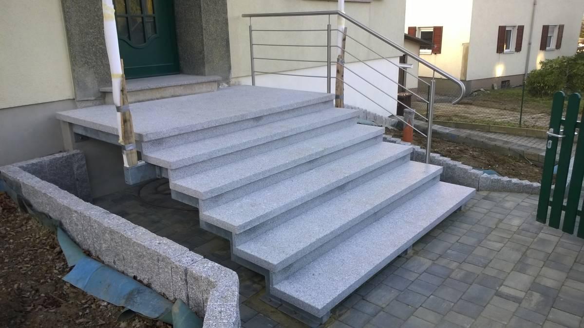Eingangstreppe mit Edelstahlgeländer und Belag aus Granit