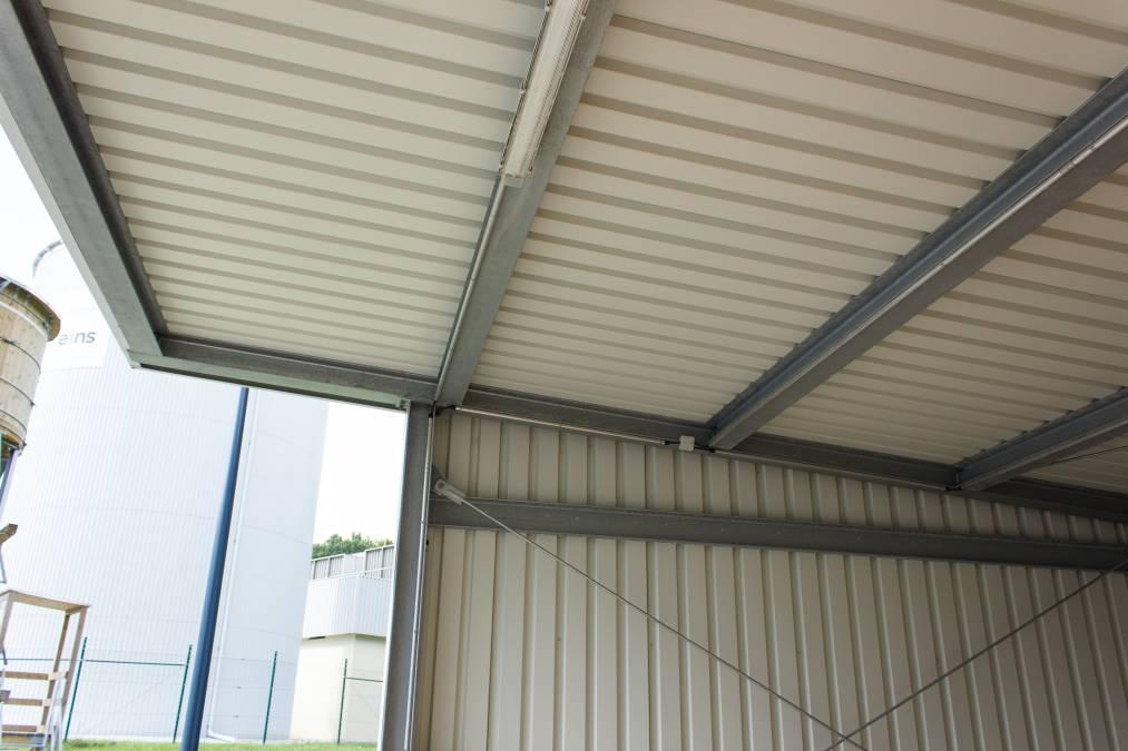 Carport aus verzinkter  Stahlkonstruktion mit Dach und Wandverkleidung aus Trapezblech.