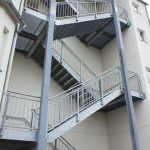 Fluchttreppe an Krankenhaus mit Gitteroststufen