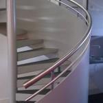 Spindeltreppe mit Stufen zum Ausfliesen und Geländer aus Blech mit Edelstahlhandlauf