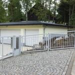 Einfahrtstor, Pforte und Zaunanlage mit Torantrieben und Briefkastenanlage