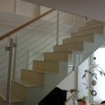 Treppengeländer mit Füllung aus Glas und horizontalen Rundstählen