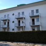 Balkonanlagen an Hotel in Kühlungsborn, mit Balkotec Balkonplattenbelag, <br>Geländer mit horizontalen Füllstäben und Edelstahlhandlauf.