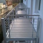Balkonanlagen an Hotel in Kühlungsborn, mit Balkotec Balkonplattenbelag, Geländer mit horizontalen Füllstäben und Edelstahlhandlauf.