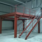 Arbeitsbühne mit Geländer und Treppe