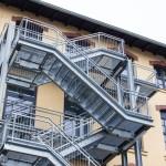 Fluchttreppenanlagen in Industriegebiet mit Gitterroststufen <br>und Füllstabgeländer mit Edelstahlhandlauf