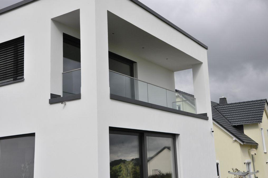 Ganzglasgeländer mit oberem Kantenschutz als Terrassenbrüstung