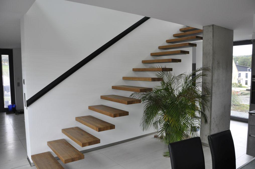 Innentreppe mit freitragenden Stufen und Belag aus Eichenholz