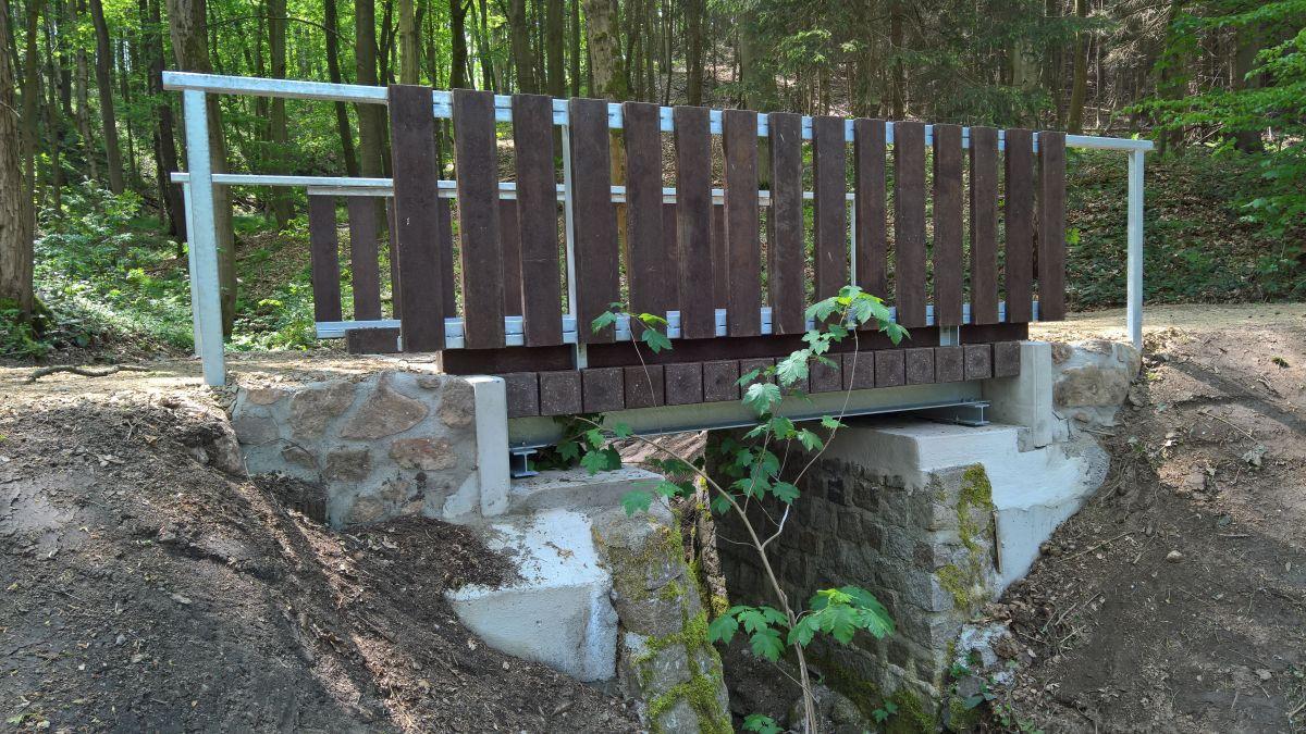 Brücken für Wanderweg mit Belag und Verkleidung aus recycelten Kunststoff