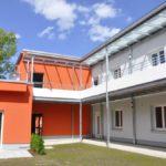 Laubengänge mit Glasüberdachung und Balkone an einem Wohnhaus