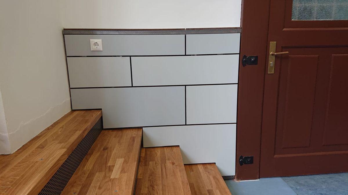 Wandverkleidung mit HPL-Platten und Treppe mit Eichenholzstufen