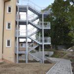Fluchttreppe mit Gitterrosten feuerverzinkt und einem Edelstahlhandlauf
