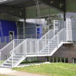 Fluchttreppen mit Einhausung aus Streckmetall feuerverzinkt